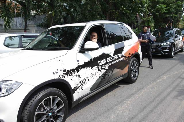 画像: スタートしますよー!と助手席でにこやかな表情を浮かべているのは、BMWインドネシアのイスマイル・アシュラン氏。