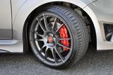 画像: タイヤはGYイーグルF1、ホイールはOZレーシング製、真っ赤なブレーキキャリパーはブレンボ製。