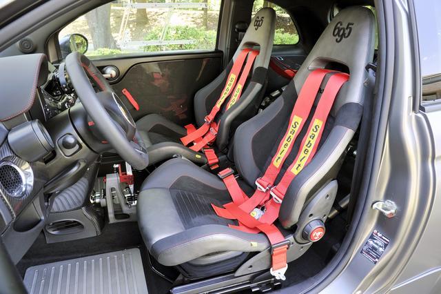 画像: アルカンターラ/レザーのコンビでヘッドレスト一体型の専用スポーツシートと4点式シートベルトはサベルト製。