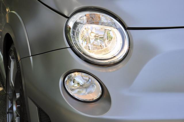 画像: ヘッドランプはハロゲン。ボディカラーは専用色のマットグレーのみの設定となっている。