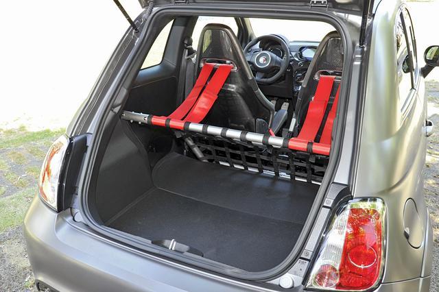 画像: ビポスト(イタリア語で2座の意味)の車名どおり、リアシートはないが、チタン製のリアロールバーが備わる。