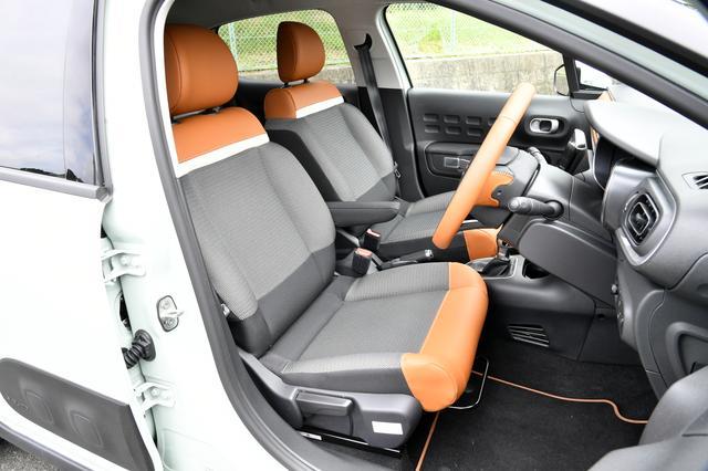 画像: テップレザー/ファブリックのフロントシート。フランス車らしいたっぷりとした質感。