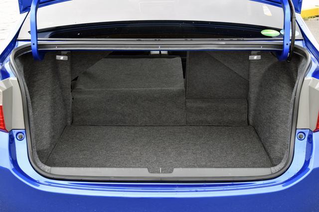 画像: 床下にバッテリーを備えながら、トランク容量はVDAで430Lと広い。リアシートバックを倒せば長尺物も積載可能だ。
