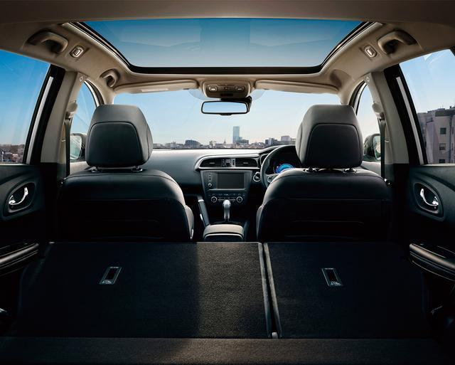画像: 縦 1,000 ㎜×横 860 ㎜の大型パノラミックルーフは、明るく開放的な室内空間を演出(サンシェード付)。