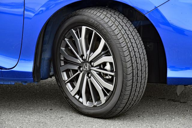 画像: タイヤはダンロップのSPスポーツ2030。試乗車のEXではアルミホイールも標準装備だ。