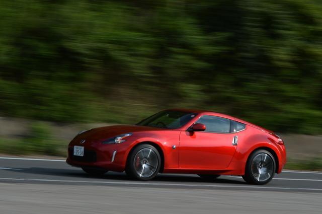 画像: 試乗車のボディ色「カーマインレッド(CM)」は新色。19インチアルミ鍛造ホイールも新デザインとなる。