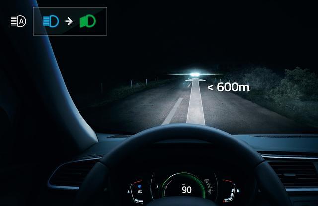画像: 対向車や先行車をカメラのセンサーが検知し、ハイビームとロービームを自動で切り替える。
