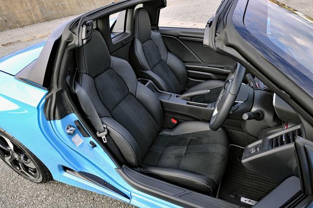 画像: αは本革/ラックススウェードのスポーツシートを標準装備。ホールド性は高いがシートリフターはない。