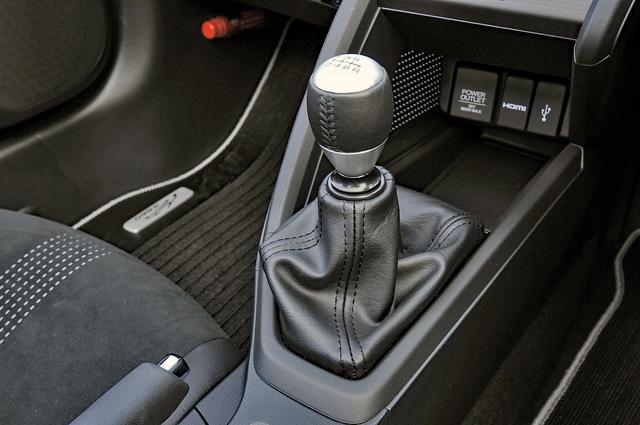 画像: 6速MTのタッチは小気味良い。7速マニュアルモード(パドルシフト付き)のCVTも設定されている。