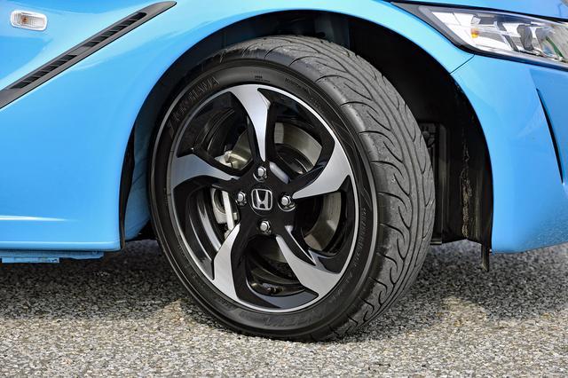画像: タイヤは前後異径の専用タイヤ、ヨコハマ アドバン NEOVA AD08Rを黒塗装のアルミホイールに履く。