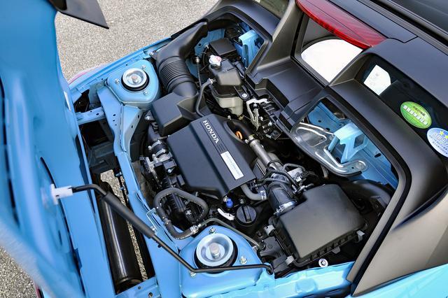 画像: リアに横置きミッドシップ搭載される直列3気筒ターボ。エンジンフードは後ろヒンジで開く。