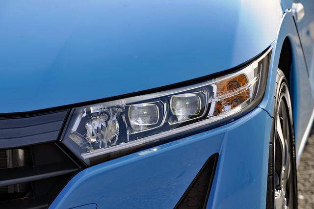 画像: LEDヘッドランプと導光タイプのLEDポジションランプを標準装備。軽自動車とは思えない鋭い眼差し。