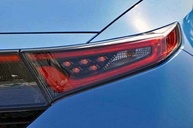 画像: 急ブレーキ時にはハザードランプが自動で高速点滅するエマージェンシーストップシグナル機能を装備。