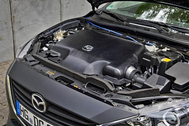 画像: テスト車は従来型アクセラにSKYACTIV-Xエンジンを搭載。ボンネットを開けても巨大なエンジンカバーで、エンジン本体はほとんど見えない。
