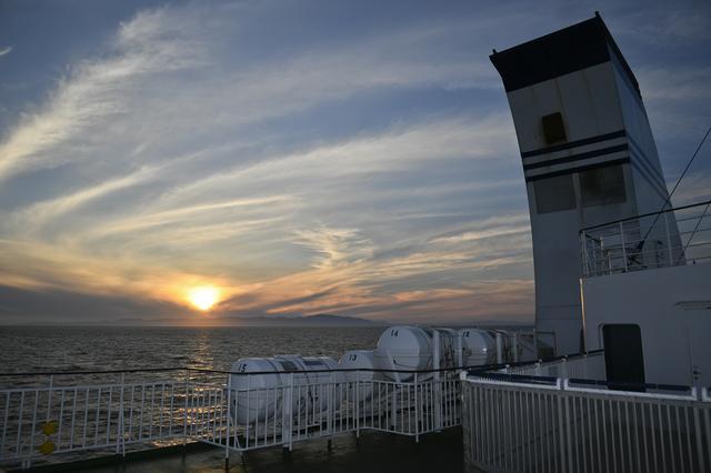 画像: 1日目は道中、すべてのSAに寄るというタスクも敢行しつつ東北自動車道を北上し、そこか ら津軽海峡フェリーで海に沈む夕陽を見ながらの船旅、夜に北海道に上陸。2日目は函館か ら千歳まで洞爺湖や名所を巡る2日間1000kmを完全に超えるロングドライブとなった。