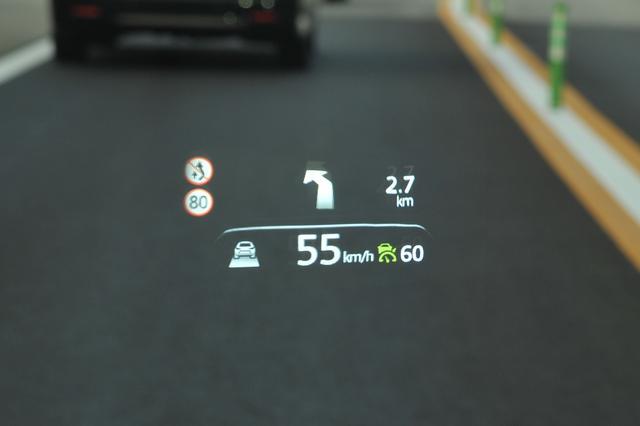 画像: フロントガラスにルート案内、速度、交通標識、ACCの状態など多彩な情報を表示するヘッドアップディスプレイ