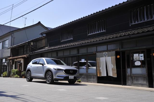 画像: 国の重要文化財も含め、旧い街並みが残っている一本杉通り。CX-5の背景は鳥居醤油店(石川県七尾市一本杉町29)。
