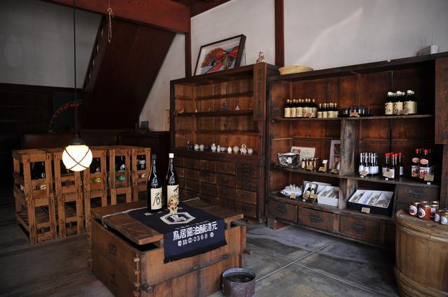画像: 鳥居醤油店(☎0767-52-0368)。醤油の他、三河みりん、京都山田のごま油、能登の天然塩なども販売している。