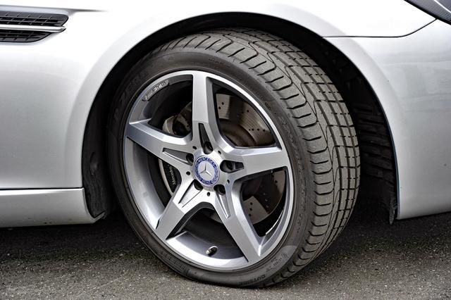 画像: タイヤは前後異サイズのピレリPゼロ。フロントのブレーキはドリルドベンチレーティッドディスク。
