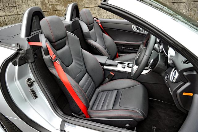 画像: 電動アジャストの本革シート(ヒーター内蔵)を標準装備。赤いステッチやシートベルトがオシャレだ。