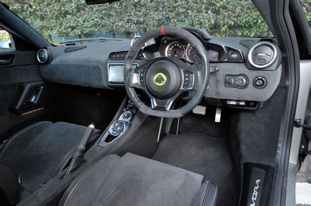 画像: ボタン式のドライブセレクターが採用されている。