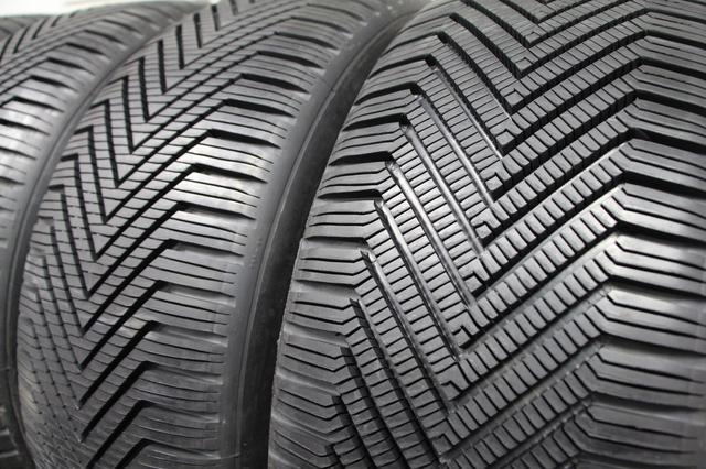画像: アイスドラムの近くにあったウインタータイヤ。このタイヤは研究開発用で、トレッドパターンは手彫りのものだ。