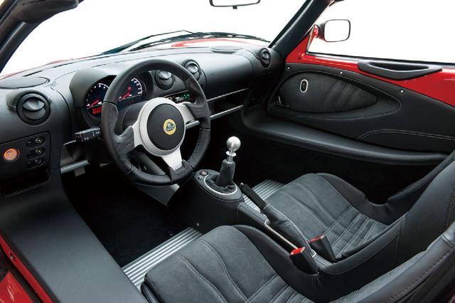 画像: スポーツシートを標準装着したスポーツ220のコクピット。