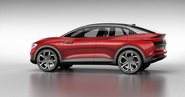 画像: SUVと4ドアクーペボディをクロスオーバーモデルです。このボディカラーには「ハイビスカスレッドメタリック」という名前が付けられています。