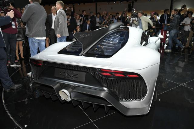 画像: Mercedes-AMG Project ONEには、F1マシンのような垂直に立ったシャークフィンが採用されている。