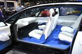 画像: BピラーレスのデザインはI.D.CROZZⅡに受け継がれていますね。自動運転対応のコンセプトモデルですので、必要のない場合(駐車時や自動運転中の時など)、ハンドルはインパネ表面に収納されている状態となります。