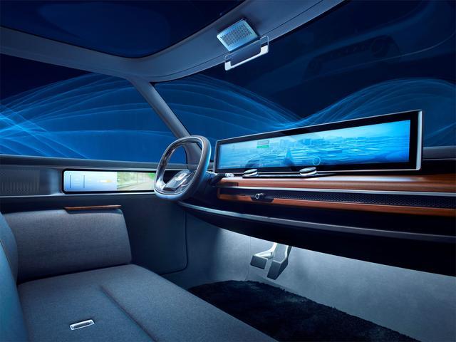 画像: 落ち着いたグレー内装と未来的なインフォテイメントシステムが対照的なインテリア。Aピラーは細く、前方〜側方の視認性も良さそうだ。