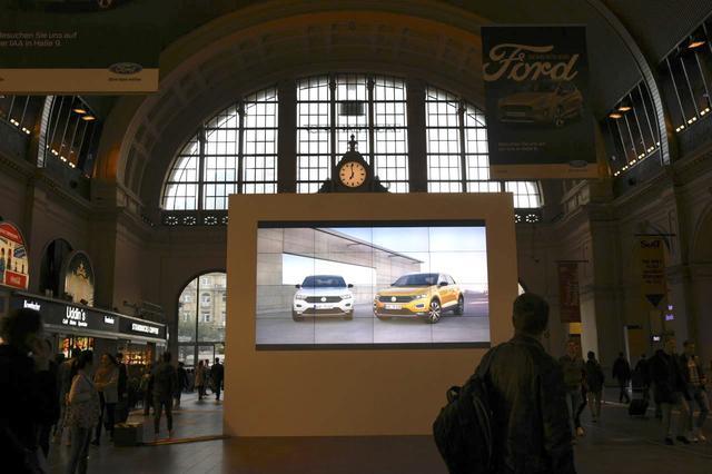 画像: こちらはフランクフルト中央駅の構内です。昨日まではなかったフォルクスワーゲンブランドの大きなディスプレイが設置されていました。人々の様子から、そのサイズの巨大さがわかってもらえると思います。気合いが入っていますね!