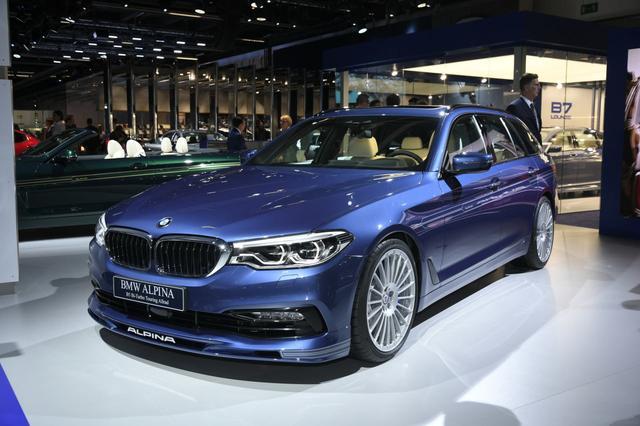 画像: ドッシリとした迫力すら感じさせる存在感を放っていたのが、BMWアルピナのB5ビターボツーリングオールラッド。オールラッドとは全輪駆動のことで、つまり4WDモデルなのです。ちなみに、BMWアルピナがワールドプレミアしたのはD5 Sオールラッドというモデルで、これはディーゼルエンジンモデルとして最速クラスのパフォーマンスを備えたシリーズのラインナップです。