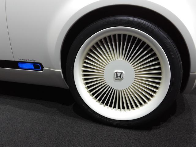 画像: タイヤはファルケンアゼニスで225/40R20。ホイールは樹脂製のように見える。