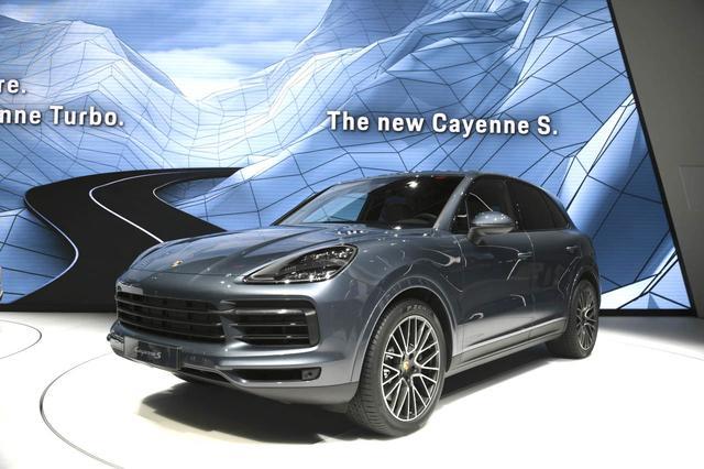 画像: こちらはすでに発表されているニューカイエンSも、カイエンターボと並んで展示されました。モーターショーで発表されるのはこちらのモデルもフランクフルト国際モーターショーが最初となります。