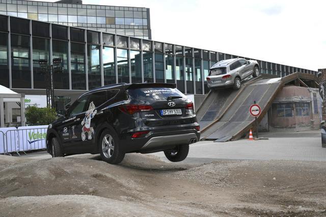 画像: こちらもやはりヒュンダイによるドライビング体験アトラクション。こうした特設コースを会場内に用意することができるんですね。他にも、いろいろなメーカーのアトラクションが用意されているのもフランクフルト国際モーターショーの特徴といえます。