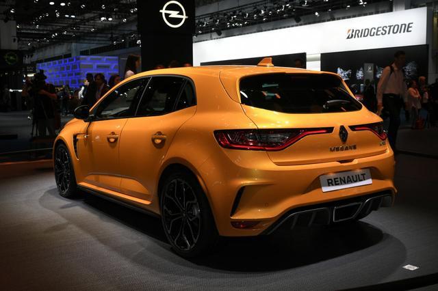 画像: 展示車のボディカラーは新色の「トニックオレンジ」。