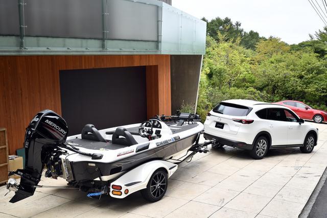 画像: ボート用のトレーラーを接続した状態。牽引能力は750kg以下。