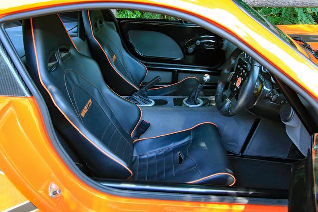画像: フルハーネスにも対応するヘッドレスト一体型のスポーツシートは、スライドのみ調節可能だ。