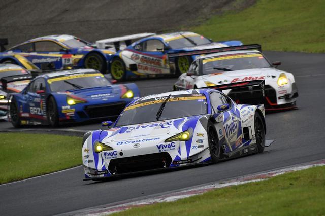 画像: トップ集団の後方で18号車と、スリックタイヤでコントロールを失ったGT500マシンが接触