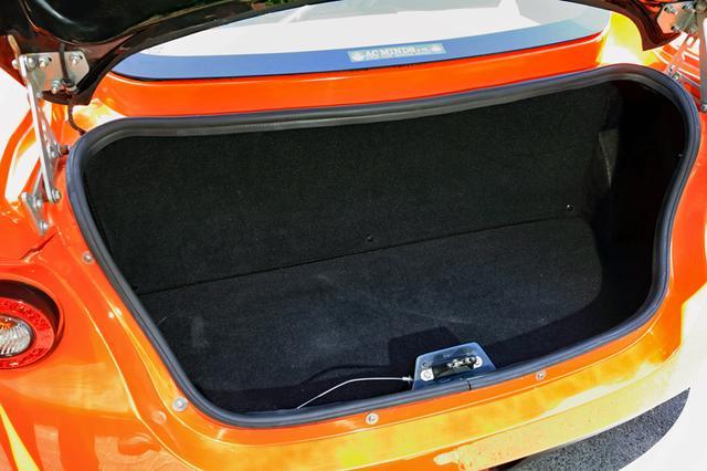 画像: トランク容量は200L。ふたりの小旅行用荷物くらいなら収納は可能だが、一緒に行ってくれる人は…。