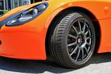 画像: タイヤは前後とも205/40ZR17のミシュラン パイロットスポーツ3をアロイホイールに履く。