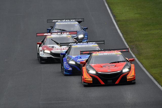 画像: トップ4台NSX-GTの編隊走行、その後方では64号車NSXも5番手に上がる