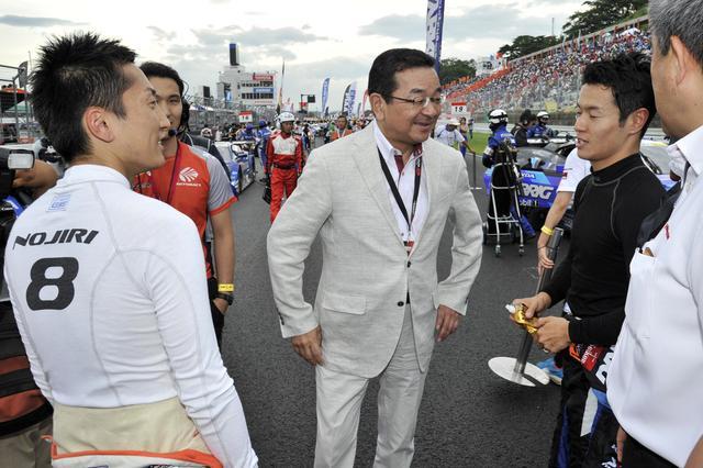 画像: 雨が上がり乾き始めたスターティンググリッド、HONDA八郷隆弘社長がドライバーを激励