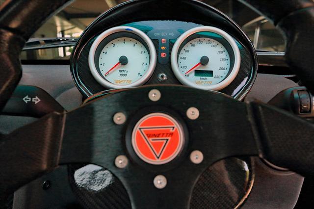 画像: ステアリングの向こうには、スピードとタコの2眼ホワイトメーターとインジケータが並ぶ。