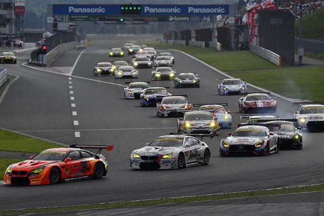 画像: GT300:55号車先頭で2台のBMW M6、そしてメルセデスAMGの2台も続いて1コーナーへ