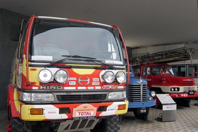 画像: 1996年のダカールラリーでクラス優勝したレンジャーやトラック、消防車、ハイブリッドバスなどを屋外展示。