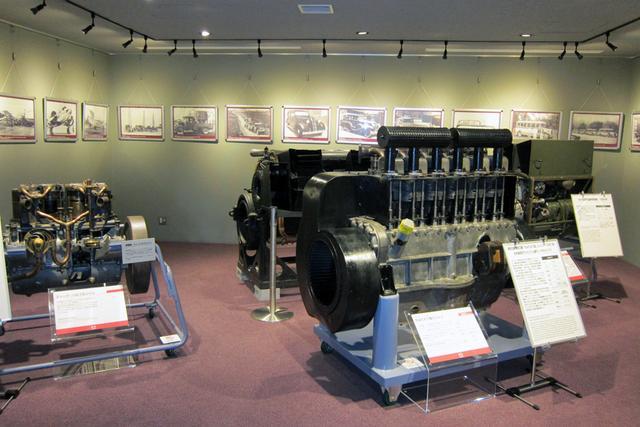 画像: 手前は軽戦車用に開発された、130psを発生する9.3Lの空冷ディーゼルエンジン。航空機用のエンジンも多数展示されている。