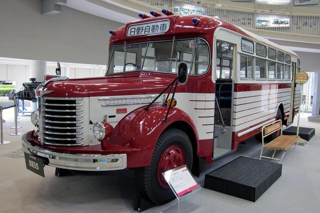 画像: 1966年に製造された、日野ボンネットバスの最終生産車。車内に乗り込むことができる。