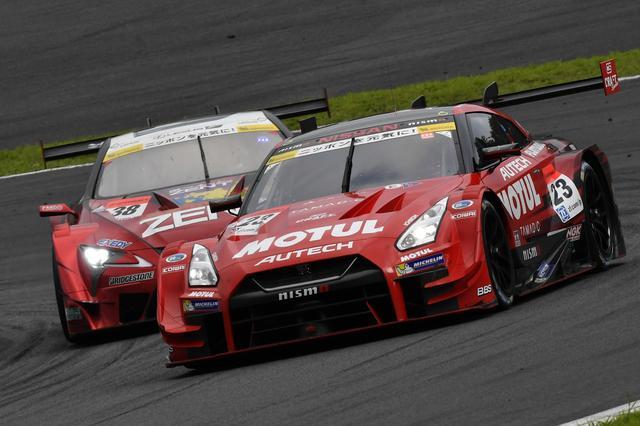 画像: GT500:23号車GT-Rと38号車レクサスの2位争いは残り周回数が少なくなるにつれて熾烈なものに